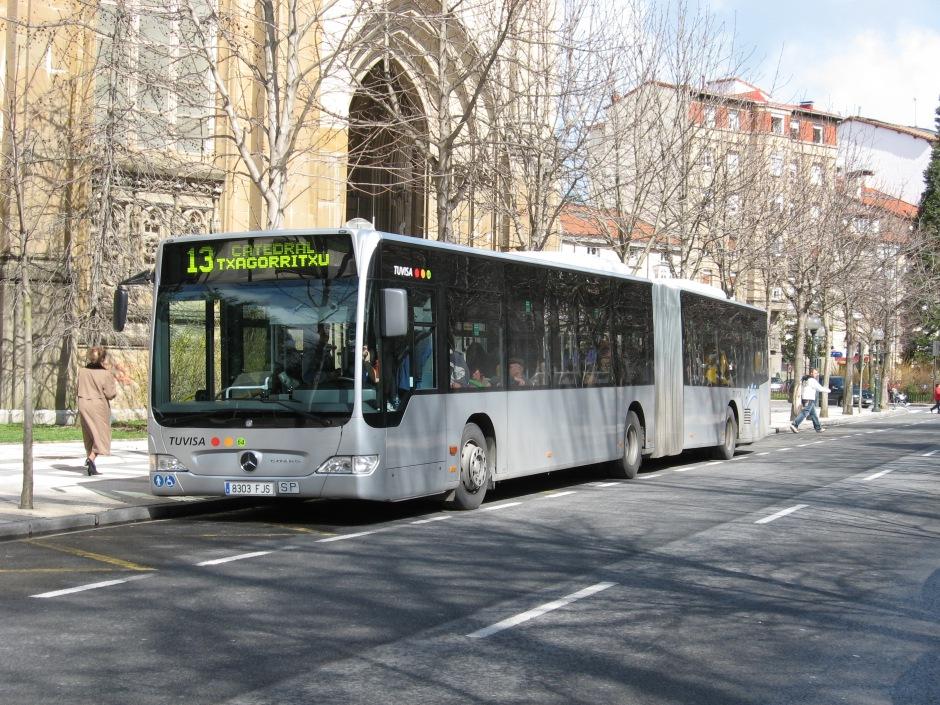 Autobús Urbano articulado de TUVISA esperando en la parada de la Catedral